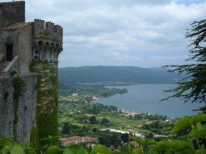 Средневековый замок на озере Браччано
